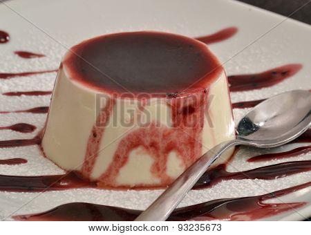 Vanilla pudding and caramel syrup.Panna cotta cake and syrup.
