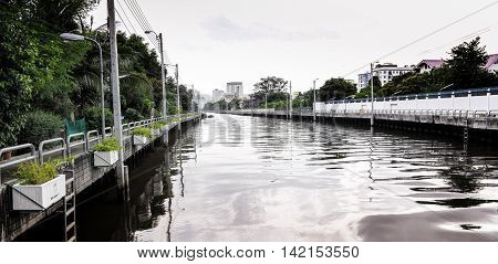 the canal in Bangkok is like a waterway full up with waste water .