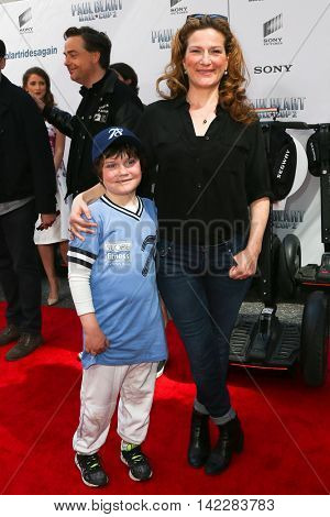 NEW YORK-APR 11: Actress Ana Gasteyer (R) and son Ulysses attend the world premiere of