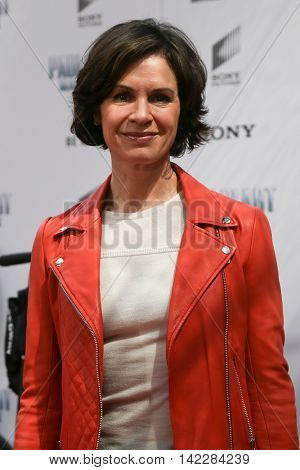 NEW YORK-APR 11: TV anchor Elizabeth Vargas attends the world premiere of