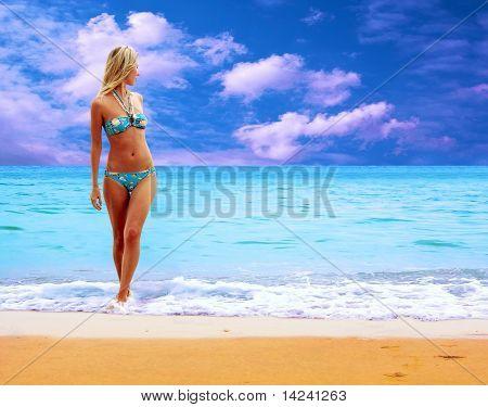 junge schöne Frauen am sonnigen tropischen Strand bikini