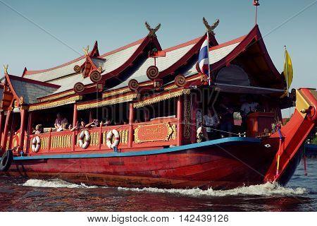 BANGKOK, THAILAND - AUG 15, 2015 Tourists on a longtail boat