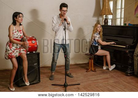 Speech trio : man - the soloist and the girl - a pianist and drummer .