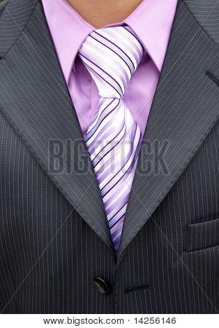 Weiße Nelken Knopfloch auf dunkler Anzug