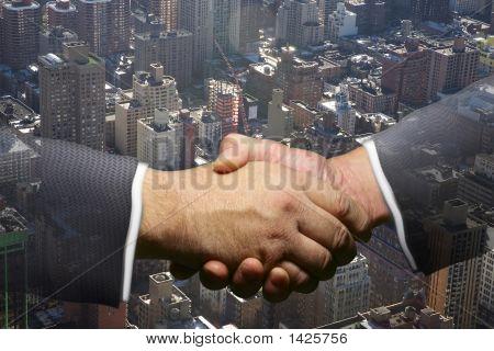Sky-Line und City Scape mit Händeschütteln