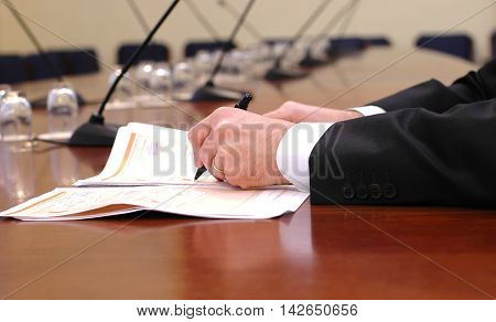 Business Data Analyzing and presenting the analysis in a conference room,business meeting details