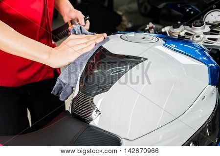 Motorcycles detailing series : Cleaning gas tank