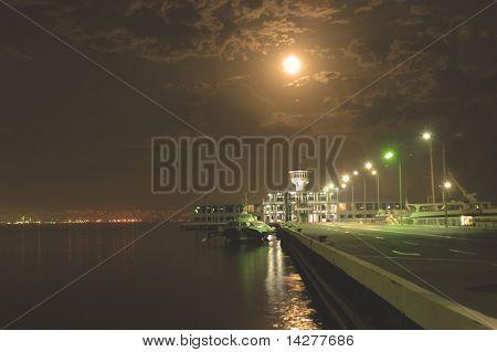 Yacht club de noche en Bakú, Azerbaiyán
