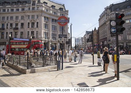 Tourists Waiting To Cross The Road At Oxford Circus