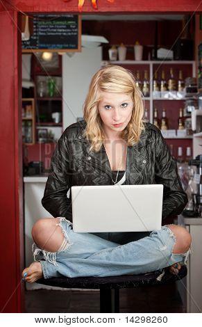Menina sentada em uma mesa