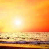 Постер, плакат: Красивый вид на море природа пейзаж на восход небо