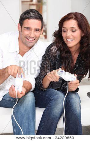 Paar zusammen, ein Videospiel zu spielen