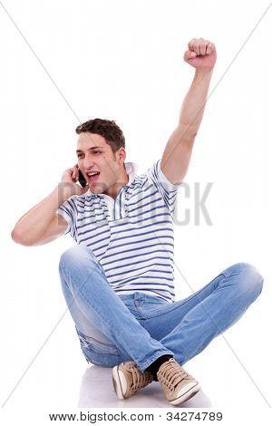 joven sentado hablando por teléfono y ganar algo