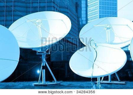 cuadro entonada azul de receptores de tecnología de espacio de plato de satélite parabólica