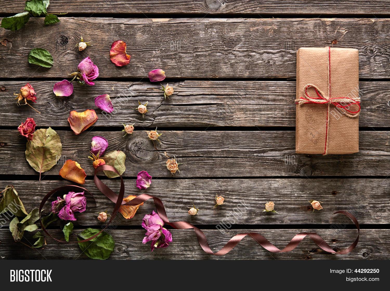 arte de regalo caja con p talos de rosas y flores secas en