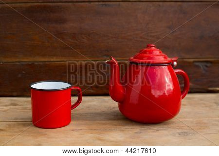 Retro alte Vintage Teekanne und rot Cup in hölzernen Hintergrund