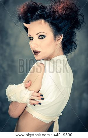 Portrait schöne gehörnte Frau mit hellen Make-up
