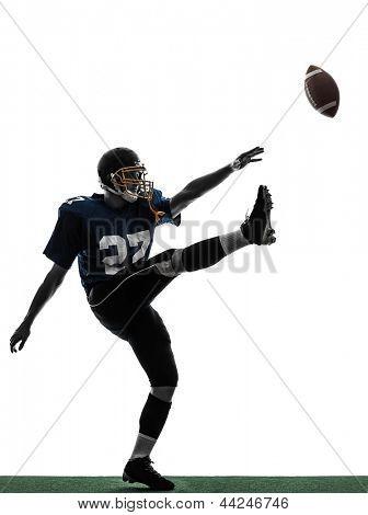 um retrocesso de homem de jogador de futebol americano caucasiano chutando no estúdio de silhueta isolado no branco bac