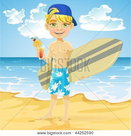 Lindo niño adolescente con una copa en un vaso y una tabla de surf en una playa soleada