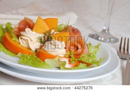 Salada de salmão com caqui e queijo creme