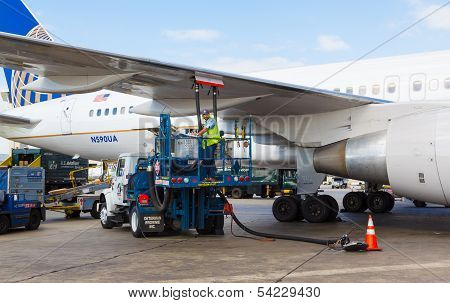 Man refueling United plane at LAX