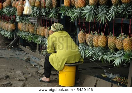 Selling Pineaple