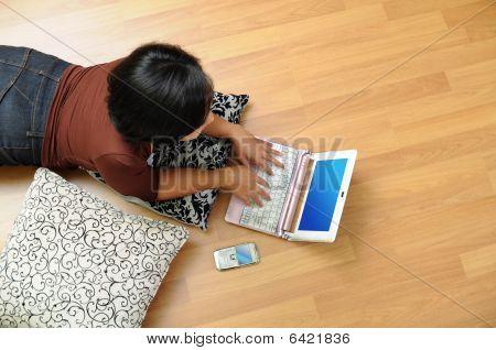 Frauen zu Hause im Internet Surfen