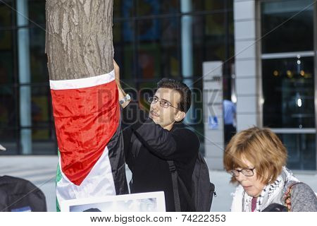 Wrapping Palestinian flag around tree