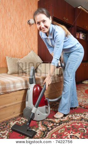 freundliche Maid Vacuumer-Prozess