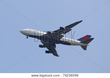 Delta Airline Boeing 747 approaching JFK Airport