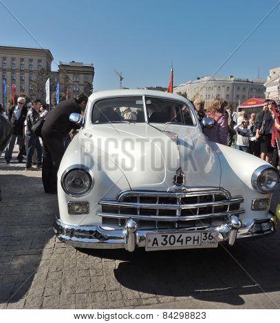 Full-size Luxury Retro Car Zim