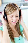 Постер, плакат: Анимированные Кавказская женщина слушать музыка с наушниками