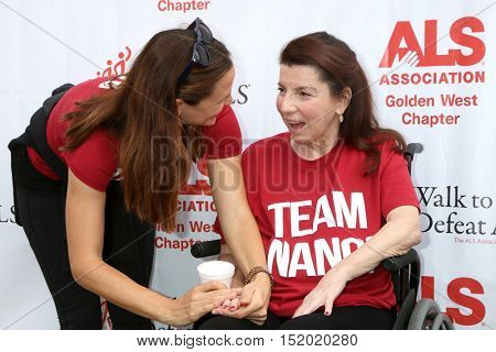 LOS ANGELES - OCT 16:  Jennifer Garner, Nanci Ryder at the ALS Association Golden West Chapter Los Angeles County Walk To Defeat ALS at the Exposition Park on October 16, 2016 in Los Angeles, CA