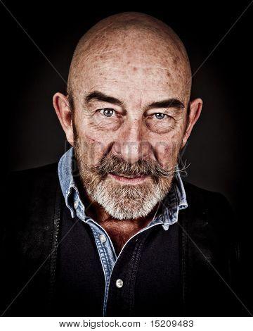 ein alter Mann mit einem grauen Bart