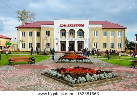 SENNO BELARUS - OCTOBER 8 2016: Unidentified people walk on town square near District House of Culture during regional festival-fair