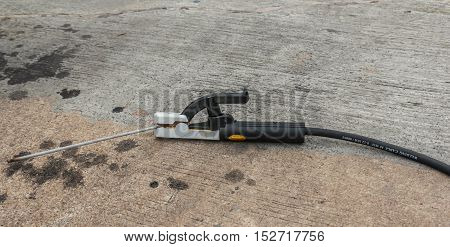 Welding electrode holder in the construction site
