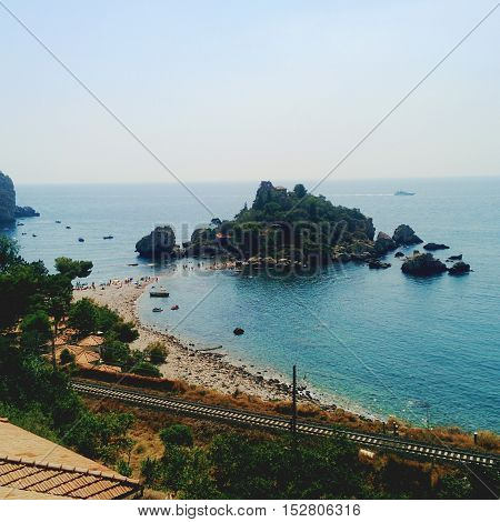 L'isola Bella di Taormina, paradiso terrestre per gli amanti del mare e della pesca subacquea. Offre il suo mare sempre cristallino, l'odore puro del mare e prelibatezze culinarie Siciliane.