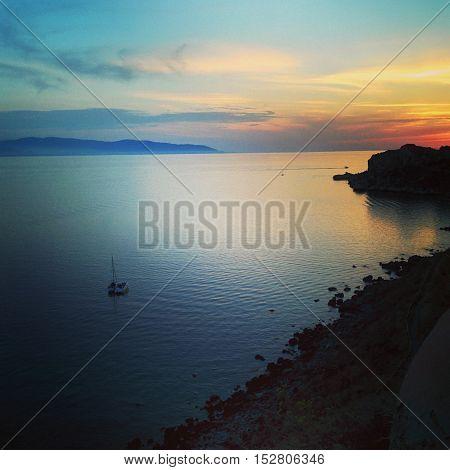Tramonto nella baia di Capo Milazzo, l'unione perfetta fra le sfumature del cielo e quelle del mare che invitano a una sensazione di relax.