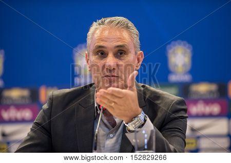 O técnico Tite durante convocação da Seleção Brasileira nesta sexta-feira (21) para os jogos contra a Argentina e o Peru pelas Eliminatórias da Copa do Mundo da FIFA Rússia 2018 na sede da CBF Barra da Tijuca zona oeste da cidade no Rio de Janeiro.