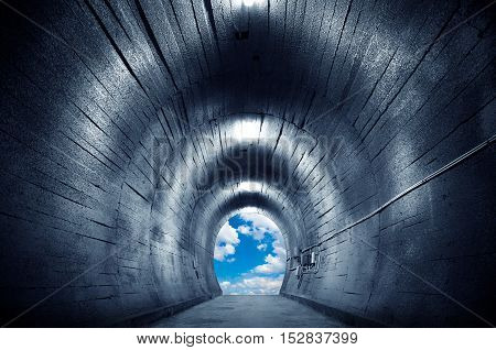 Tunnel towards the sky and exaggerated expression.