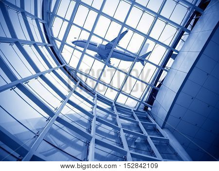 Transparent ceiling and aircraft the Shanghai Pudong Airport.