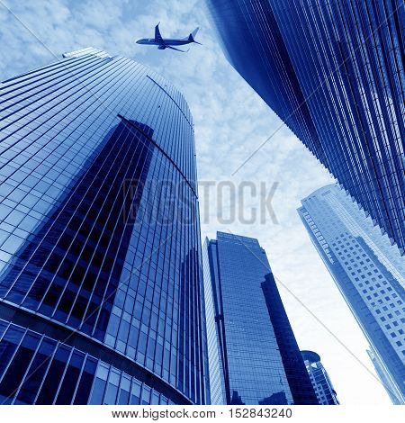 The plane flew over the skyscrapers of Shanghai.