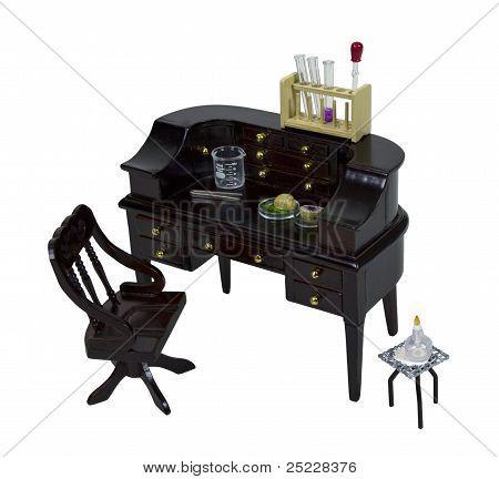 Reagenzgläser und Becher auf einen Schreibtisch aus Holz