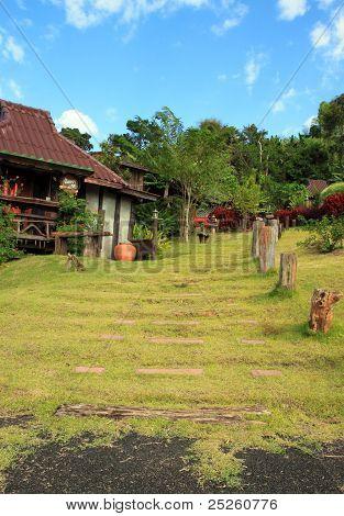 Piedra caminar en la hierba en el Resort