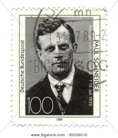 Alemanha - Circa 1989: Selo imprimido na Alemanha, mostra retrato reverendo Paul Schneider, por volta de 1989