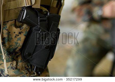 Pistola en una funda de pistola en el cinturón