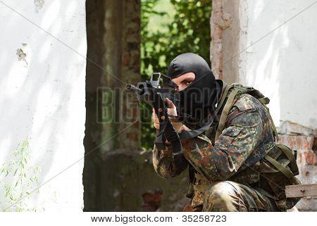 Terrorist in schwarze Maske mit einer Pistole