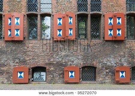 historische niederländische Haus mit Fensterläden