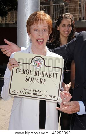 LOS ANGELES - 18 de Abr: Carol Burnett, en la Plaza de Carol Burnett, revelación en el Selma y Highland