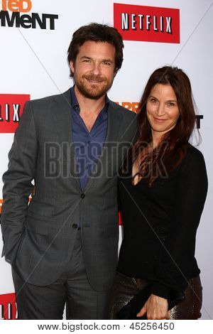 LOS ANGELES - 29 de abril: Jason Bateman, Amanda Anka chega a Los Angeles de